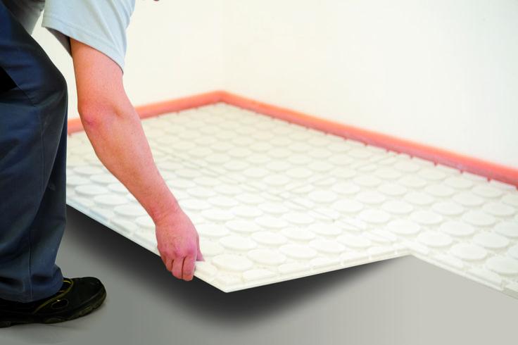 Het leggen van (fermacell) noppenplaten voor de Variokomp vloerverwarming. Complete vloerverwarming heeft een opbouwhoogte van slechts 20mm