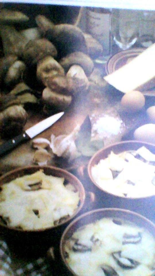 SAPORE AMOREVOLE PIEMONTE - UOVA ALLA PIEMONTESE  Ingredienti:   4 uova intere, 300 gr di funghi porcini, 100 gr di fontina, 50 gr di burro, un cucchiaio di olio d'oliva, uno spicchi d'aglio, un pezzetto di foglia di alloro una generosa spruzzata di vino bianco, sale  In un tegame, in 40 gr di burro e l'olio imbiondite l'aglio e l'alloro, togliieteli e mettete i funghi, rosolateli a fuoco vivace, slateli, spruzzateli con il vino bianco e fatelo consuamre velocemente.Distribuite circa la metà…