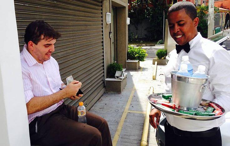 Estilo é tudo! Vendedor de rua vestido de garçom faz sucesso em São Paulo