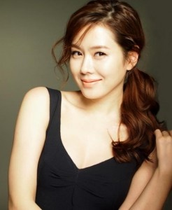 Son Ye Jin ♥♥♥ - pulling off the cute side pony tail. She's my Korean beauty icon.
