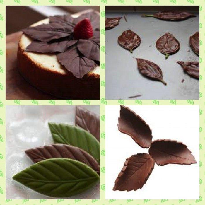 Folhas de chocolate são fáceis de fazer e você pode usar para decorar um bolo simples e dar um toque sofisticado.    Escolha folhas bonitas e tente deixar com o cabinho pois vai ser mais fácil de usar. Lave e seque bem as folhas escolhidas. Estas são de rosas, ficam super legais. As de limão e de uva também ficam lindas. Use cobertura ou chocolate (no caso de chocolate é necessário temperar) Derreta a cobertura no microondas ou banho-mara. Use sempre o avesso da folha, pois vai marcar…