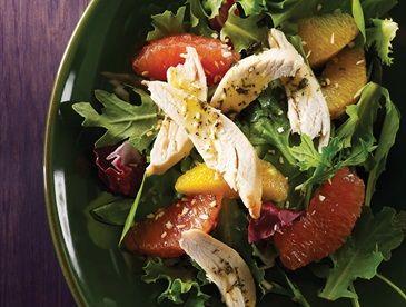 Salade de poulet au citron et à la roquette avec la vinaigrette d'estragon