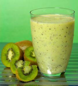 1 banana congelado   1 cucharadita de jengibre fresco rallado 1 kiwi, pelado   1/2 aguacate, pelado  1 taza de col rizada llena, eliminar el tallo del medio  1 taza de uvas rojas congeladas   1 taza de té verde frío, recién hecho, sin edulcorantes   8 cubitos de hielo