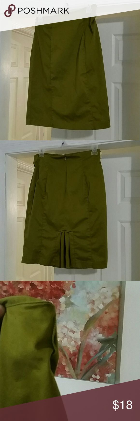Dark Lime Green Pencil Skirt This skirt is unique and stylish. It has loops for a belt as well. In excellent condition! Worthington Skirts Pencil