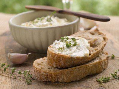 Crema de usturoi este cel mai bun si mai aromat sos cu usturoi pe care l-ai intalnit. Merge de minune cu friptura, peste, legume, dar se potriveste bine si in mancarurile de legume sau salate.