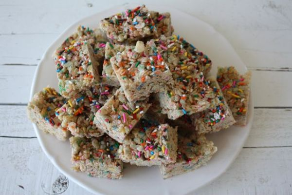 All grown up and I still can't resist a Rice Crispy Treat! Cake Batter Rice CrispyTreats - Blue-Eyed Bakers