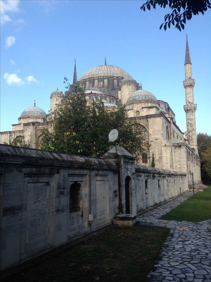 Şehzade camii/Fatih/İstanbul (Mimar Sinan)///  I. Süleyman tarafından Saruhan Sancak Beyi iken 1543'te 22 yaşında ölen oğlu Mehmed adına yaptırılmıştır. Camiyi 1543-1548 yılları arasında Mimar Sinan'a yaptırttı. Mimar Sinan'ın çıraklık eserimdir dediği camidir.