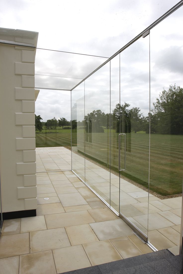 Frameless box glass link with picot access doors