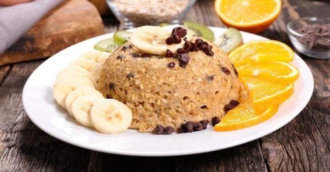Recette de Bowl cake aux flocons d'avoine, à la banane et aux pépites de chocolat. Facile et rapide à réaliser, goûteuse et diététique.