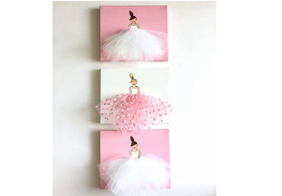 Originele acryl schilderijen, handgeschilderde op gespannen doek. Unieke kunstwerk, samengesteld uit acryl verf en tulle, ideaal voor een klein meisje kamer, kwekerij, babydouche, gift van de verjaardag, enz.  ******************************************** Deze aanbieding bevat een set van 3 doeken. 2 ballerinas in witte tutu op gekleurde achtergrond, en 1 ballerina in polkadot tutu op witte achtergrond.  De set is beschikbaar in roze en paars.  Alstublieft merk op dat de frames en…