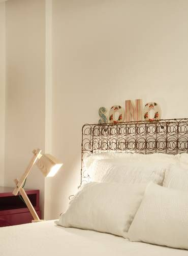 A cabeceira da cama é feita de um estrado de molas, onde podem ser pendurados bilhetes, vasinhos de flor ou qualquer outro enfeite.