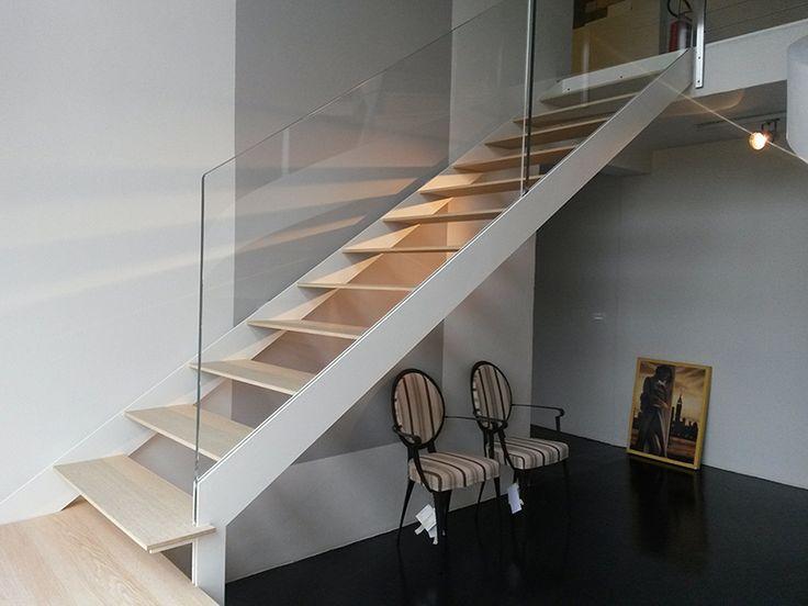 Scala in acciaio bianco pedata in legno spessore 18 mm e parapetto in vetro extrachiaro www - Scale con parapetto in vetro ...