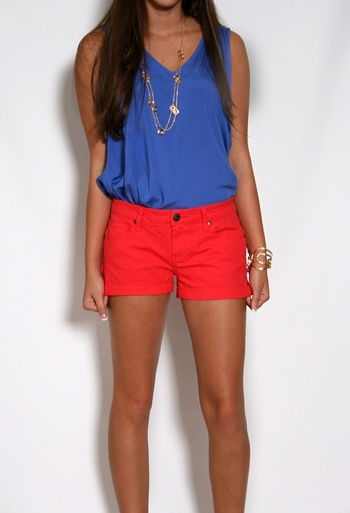 BRIGHT colors! Really diggin' that...Colors Combos, Summer Outfit, Color Combos, 4Th Of July, Jeans Shorts, Cuffed Jeans, Bold Colors, Red Shorts, Bright Colors