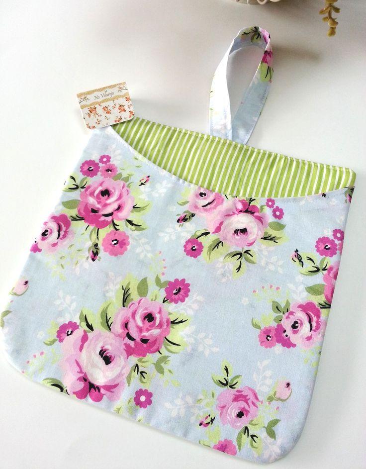 Lixeirinha dupla face para carro <br> <br>Feita em tecido 100% algodão, com manta e alça para câmbio <br> <br>Escolha as cores/estampas no nosso mostruário na loja