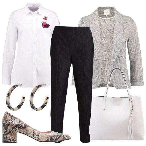Outfit per una lunga giornata, camicia candida con applicazioni sulla manica, pantaloni comodi, blazer leggero, shopping bag bianca, scarpe pitonate dal tacco grosso e orecchini che riprendono il motivo animalier.