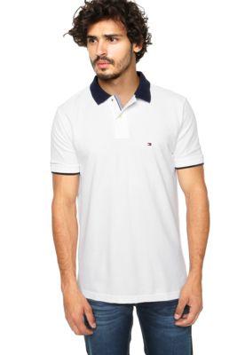 Camisa Polo Tommy Hilfiger Premium Piquê Branca, com bordado da marca localizado e gola azul marinho. Tem fechamento por botões, modelagem reta e manga curta. Confeccionada em malha piquê 100% Algodão.Medidas: Ombro: 14cm/ Manga: 22cm/ Tórax: 112cm/ Comprimento: 73cm/ Tamanho: M. Medidas do Modelo: Altura: 1,87m / Tórax: 98cm / Manequim: 40.
