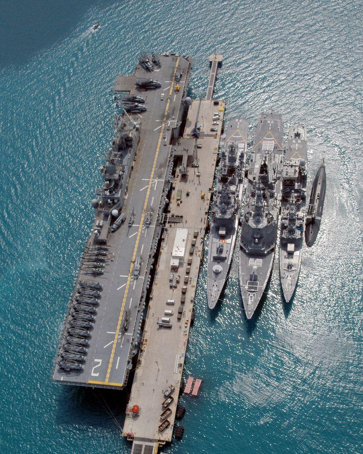 future amphipbious ships | The amphibious assault ship USS Essex (LHD 2), and the Japanese ...
