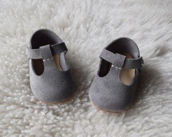 Bebé niña zapatos mocasines bebé gris claro, gris cuero T correa Mary Jane, zapatos de cuna para bebé, botitas de bebé, bebé niña regalo, Baby Shower