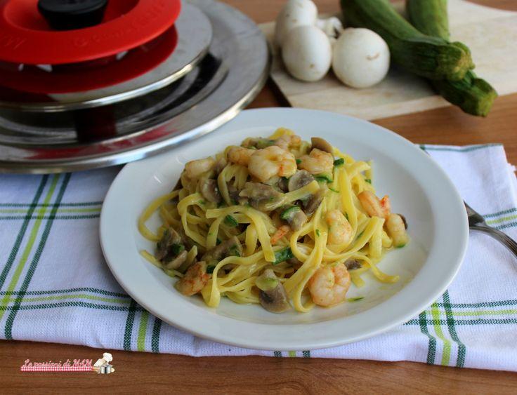 Tagliolini mare e monti con Magic Cooker ricetta primo piatto facile da preparare con funghi, gamberetti e zucchina.