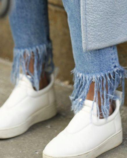 Já não é novidade nenhuma que os jeans estão voltando a protagonizar todos os looks. Com lavagens e cortes variados, o denim do momento é o cropped, com franjas na barra. Saiba como usar o jeans que está dominando o street style!