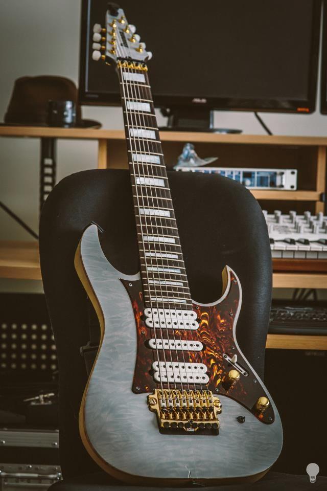 Une LACS 8 cordes du grand luthier Tosin Abasi. Retrouvez des cours de #guitare d'un nouveau genre MyMusicTeacher.fr