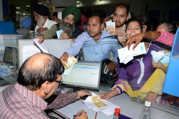 Γιατί στέρεψαν οι τράπεζες από ρευστό στην Ινδία και ο κόσμος σχηματίζει τεράστιες ουρές στα ΑΤΜ;