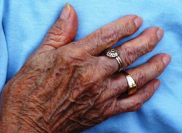 Restaure a aparência jovem de suas mãos.