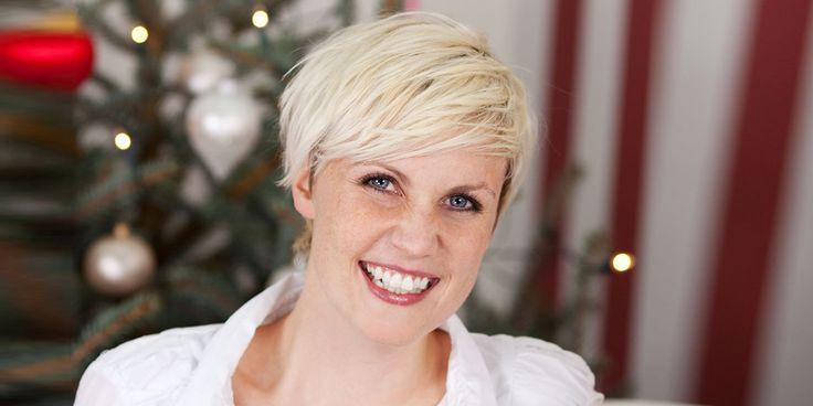Opgestoken, met een haaraccessoire of in de krullen ook met kort haar zijn veel mooie feestkapsels mogelijk. Ga je deze…