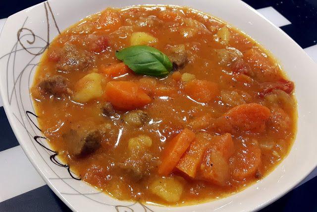 Zupa katalońska to gęste i pożywne danie, przygotowane z wołowiny, ziemniaków, marchewki oraz pomidorów. Przypadanie do gustu wszystkim wiel...