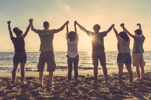 Vrienden worden zo belangrijk dat het aanvoelt alsof ze familie zijn. Hun aanwezigheid is constant en wanneer we ze nodig hebben zijn ze er voor ons.