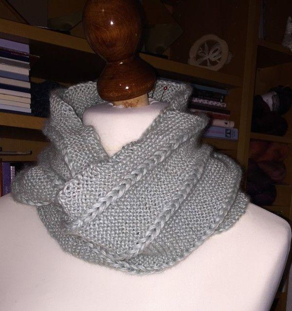 """Dieser Endlos-Schal ist perfekt: vollkommen einfach zu stricken, man braucht nur rechte Maschen und doch hat er das """"gewisse Etwas"""". Die kleinen Rapunzel-Zöpfe werden nachträglich anges…"""