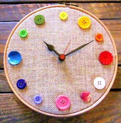 Horloge récup (tambour à broder + boutons)