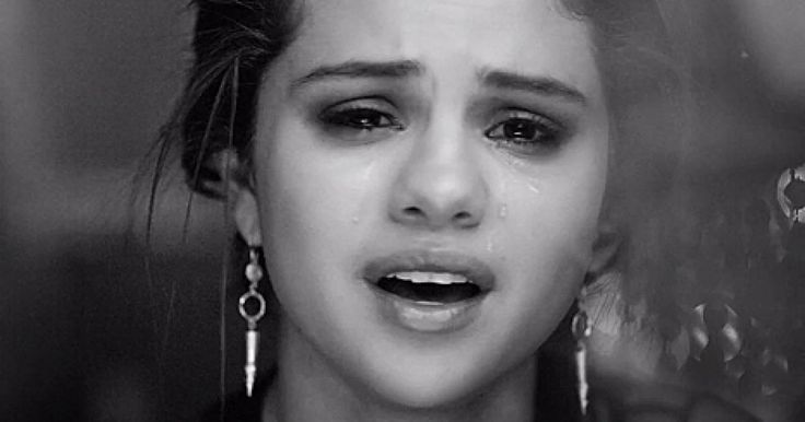 """El nuevo video deSelena Gomez titulado """"The Heart Wants What It Wants."""" (El corazón quiere lo que quiere) ha desatado un sin fin de comentarios, luego de suponer que este tem iba dirigido al cantante y ex novio Justin Bieber, un fuerte video que comienza con una grabación real, capturada por accidente en uno de sus rodajes mientras ella hablaba consigo misma en uno de sus momentos de tristeza luego de dejar la relación."""