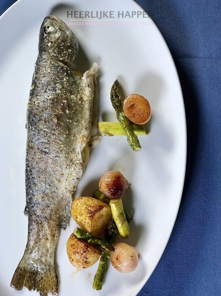 Forel met asperges en aardappeltjes Elke week koop ik mijn vis bij Vishandel Heinen. Hij heeft altijd heerlijke verse vis en ook deze keer heb ik lekker verse forelletjes meegenomen. Forel heeft namelijk niet zoveel opsmuk nodig. Ik heb dus ook geen zware saus bij dit recept gemaakt. De... #Aardappeltjes, #Asperges, #Forel, #Vis