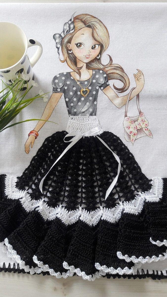 Pano de copa com pintura de menina e saia de crochê.  Sacaria 100% algodão da marca Apucarana.  O crochê é realizado com linha 100% polipropileno (linha de seda) na cor preta.  Pode ser usado para enfeitar o fogão.