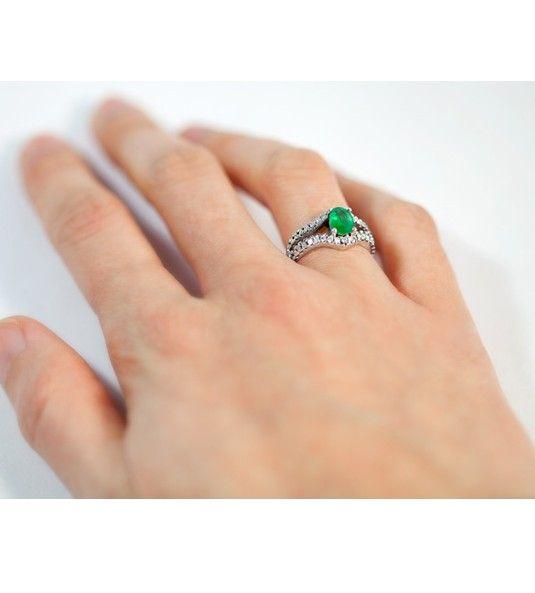 La sortija Modelo CALI es un anillo de esmeralda con diamantes, realizado en oro de Primera Ley, que cuenta, además, con un diseño vanguardista. Así mismo, es una joya perfecta para aquella mujer que busca huir del clásico montaje de las sortijas de esmeralda y diamantes, manteniendo la elegancia y la belleza de la combinación de estas gemas.