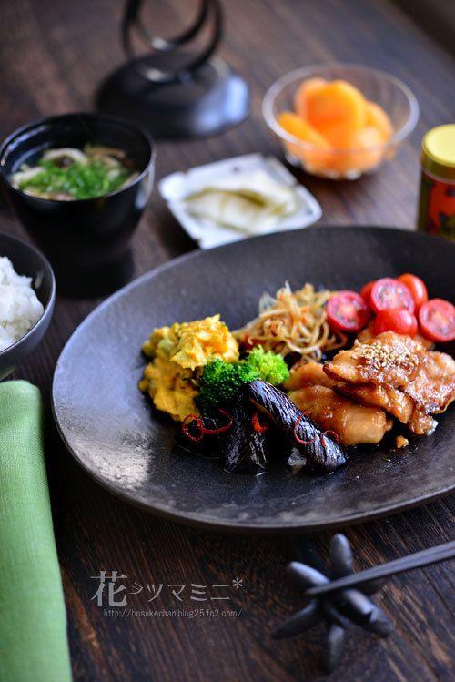 「ささみの梅麹定食」 - 花ヲツマミニ | MENU  : 鶏ささみの梅麹焼き、秋茄子の揚げ浸し、南瓜のサラダ、金平牛蒡、プチトマト、ブロッコリー、お新香、西利の千枚漬け、 白味噌汁 葱としめじ
