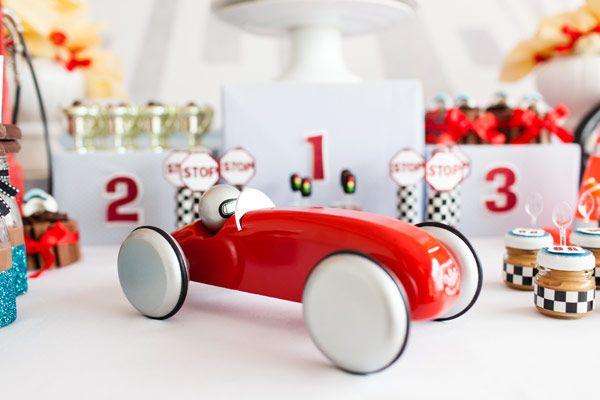 """O João Felipe, filho da Aline Inagaki, ganhou uma festinha linda para comemorar seus 2 aninhos! O tema foi carrinhos de corrida, já que """"carrrro"""" foi uma d"""