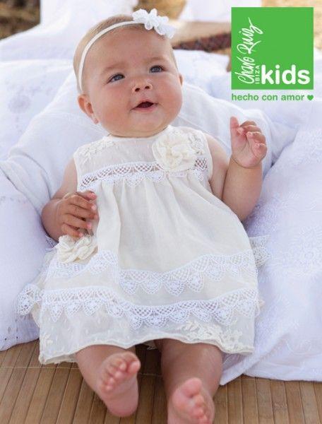 Vestido confeccionado en blonda con bordado de flores. Ropa de fiesta para beb�s Charo Ruiz.