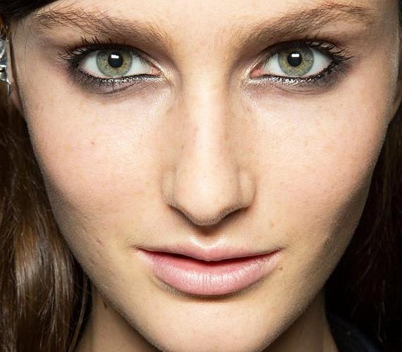 Az elmaszatolt szemkontúrt metálos fényű, arany vagy ezüst szemceruzával is feldobhatod. Először rajzold meg a keretet feketével, majd kend el úgy, hogy bizonytalan vonalat kapj a pillák tövében. Majd a belső szemzugoknál használj ezüstszínű szemceruzát. Fokozhatod a jeges pillantást, ha krémes állagú, arany szemfestéket kensz a belső szemcsücsökbe.