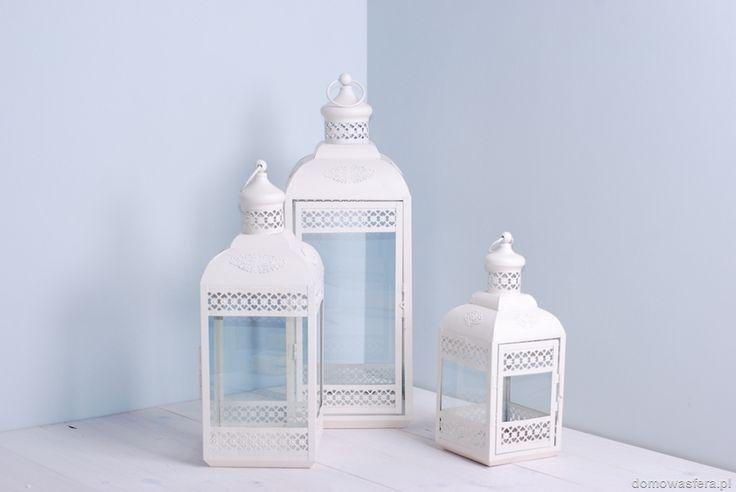 Lampiony wykonane z metalu, pomalowane proszkowo-matową farbą w kolorze beżu. Orientalne latarnie posiadają szklane okienka oraz boczne otwierane drzwiczki. Postaw na oryginalne drobiazgi!
