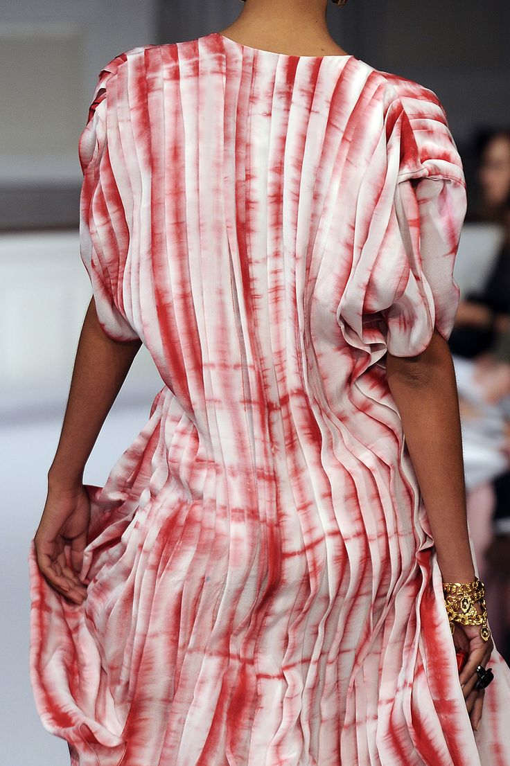 oscar de la renta ..... I have to admit that I would never have thought of purchasing a 'striped' fabric such as this and pleating it to achieve this exquisite effect.  Amazing and not hard!