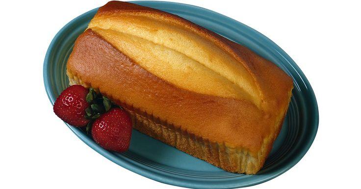 Cómo hacer cuatro recetas diferentes de pastel de libra. A principios del siglo XVIII, los británicos crearon una receta simple de pastel. Ya que la mayoría de plebeyos eran analfabetos, la receta era útil porque podía memorizarse. Los primeros pasteles de libra eran hechos de una libra (453 g) de harina, una de mantequilla, una de huevos y una de azúcar. Estos pasteles eran muy densos. Con los siglos, ...