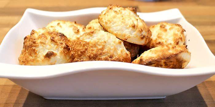 Der Klassiker unter den Low Carb Plätzchen Rezepten. Die Kokosmakronen sind schnell gemacht und schmecken wunderbar.