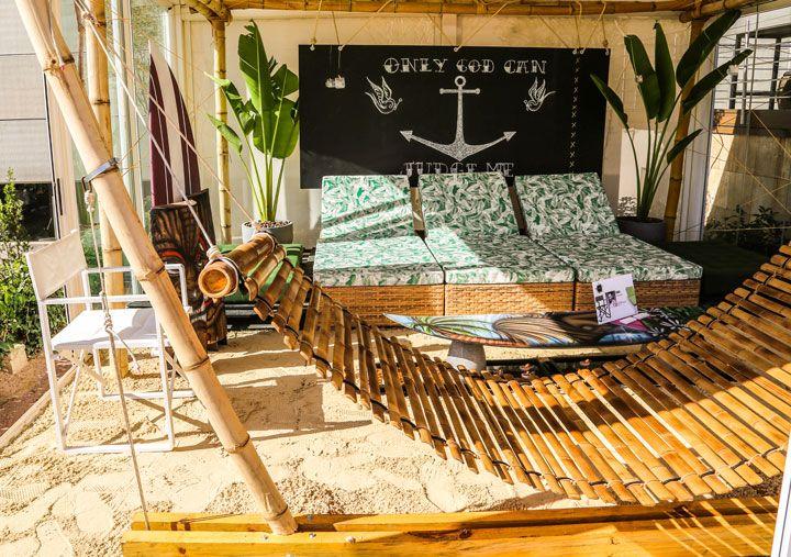 GREENHOUSE LANÇA MOSTRA 2015 COM A TEMÁTICA VOLTA AO MUNDO  Para deixar o espaço dedicado ao convívio dos amigos ainda mais descontraído, Bruno Rubiano trouxe para este ambiente espreguiçadeiras, futons, redes e até uma prancha de surf como mesa de centro para seu projeto inspirado no Hawaii