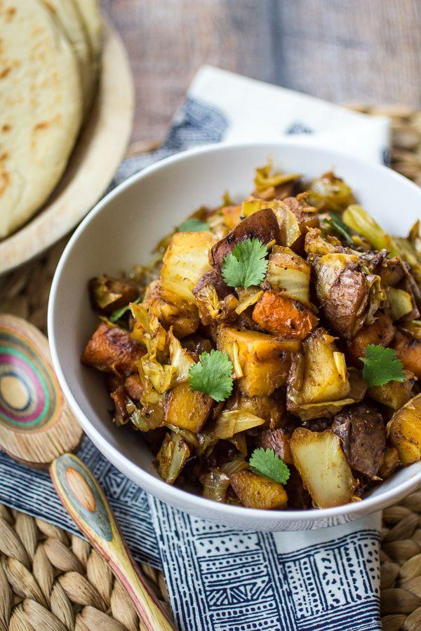 Deze eenvoudig veganistisch gerecht is een van mijn favoriete onderdelen van een Ethiopische maaltijd!  Humble Atakilt Wat is gemaakt van kool, wortelen en aardappelen gekruid met geurige Berbere kruiden.  Serveer met gestoofde linzen en Ethiopische Flatbread voor een gemakkelijke doordeweekse avond diner!