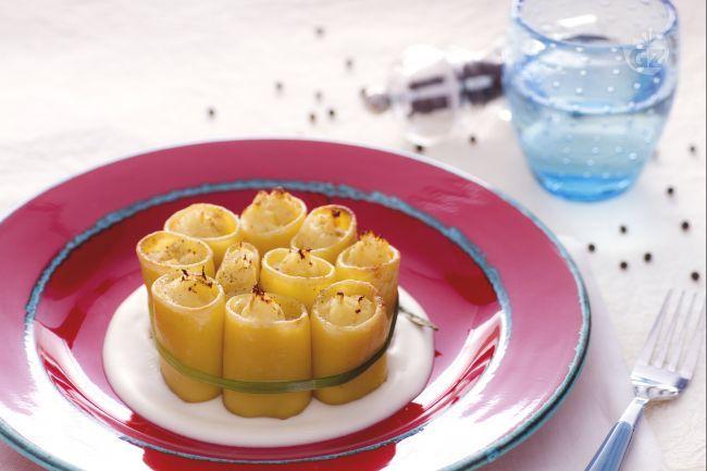 I paccheri ripieni di baccalà su fonduta di formaggio sono un primo piatto ricco e gustoso a base di pasta e pesce, servito con una deliziosa fonduta.