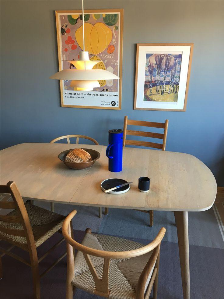 Blå spisestue, Linblå Jotun Lady. Wegner Ch24 alm, eik y-stolen. Jærstolen. PH5 lampe. Stelton blue coffee. Aj Otto stoneware. Munch. Hilma af Klimt.