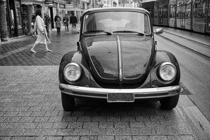 https://flic.kr/p/GjFmjp | Barfuß im Regen | Eigentlich wollte ich ja nur den VW Käfer fotografieren, da lief im Hintergrund die Dame im Bademantel und barfuß im Regen durch das Bild.