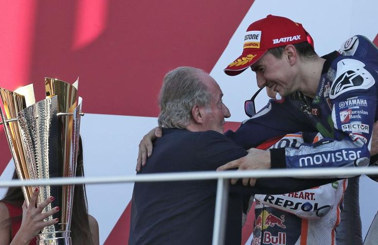 Jorge Lorenzo celebra su titulo en el circuito de Valencia. Recibe del Rey Juan Carlos el trofeo de campeón